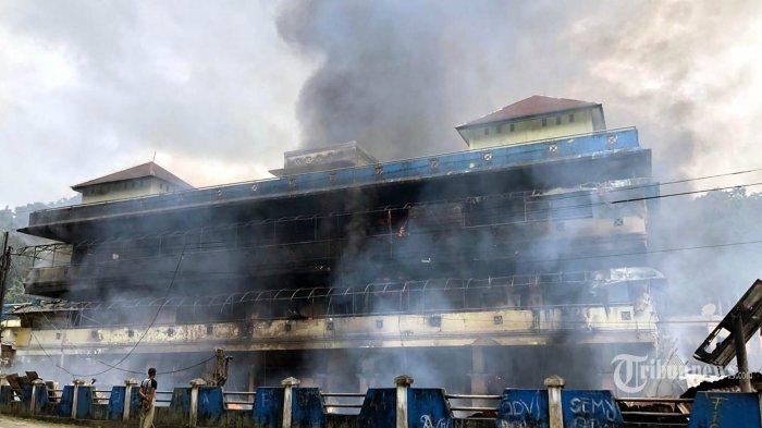 Pasar Tumburuni di wilayah Kabupaten Fakfak dibakar massa pada Rabu (21/8/2019). Kerusuhan dan pembakaran tersebut berlatar belakang peristiwa yang terjadi di Surabaya dan Malang, Jawa Timur. TRIBUNNEWS/HO
