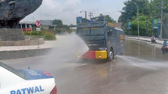 Pasca Erupsi Gunung Merapi Polres Boyolali Terjukan Mobil Penyemprot Air Rantis Gatot Kaca