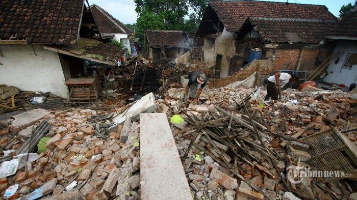 Warga membersihkan puing rumah yang rusak akibat gempa di Desa Majang Tengah, Kecamatan Dampit, Kabupaten Malang, Jawa Timur, Senin (12/4/2021). Surya/Hayu Yudha Prabowo