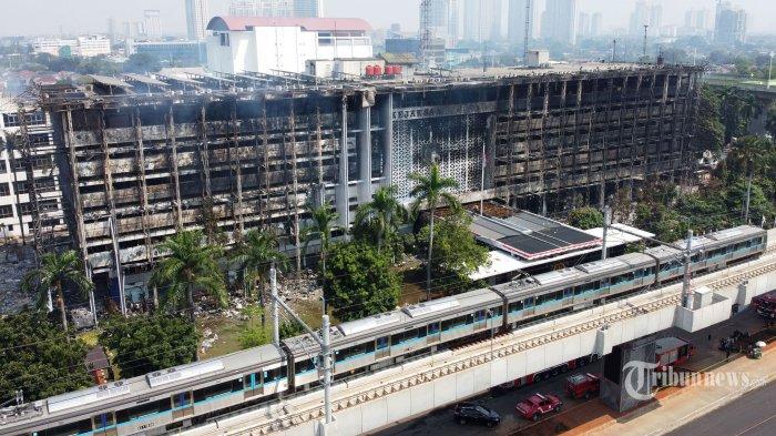 Suasana gedung utama Kejaksaan Agung pascaterbakar, di Jakarta Selatan, Minggu (23/8/2020). Kebakaran berlangsung selama 11 jam dari Sabtu (22/8/2020) malam dan baru padam pada Minggu (23/8/2020) pagi setelah Dinas Penanggulangan Kebakaran dan Penyelamatan (Gulkarmat) Provinsi DKI Jakarta mengerahkan sebanyak 65 unit pemadam kebakaran. Tidak ada korban jiwa akibat kebakaran tersebut. Tribunnews/Irwan Rismawan