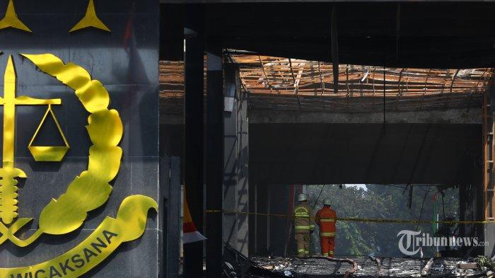 Pemadam kebakaran melakukan pendinginan gedung utama Kejaksaan Agung pascaterbakar, di Jakarta Selatan, Minggu (23/8/2020). Kebakaran berlangsung selama 11 jam dari Sabtu (22/8/2020) malam dan baru padam pada Minggu (23/8/2020) pagi setelah Dinas Penanggulangan Kebakaran dan Penyelamatan (Gulkarmat) Provinsi DKI Jakarta mengerahkan sebanyak 65 unit pemadam kebakaran. Tidak ada korban jiwa akibat kebakaran tersebut. Tribunnews/Irwan Rismawan