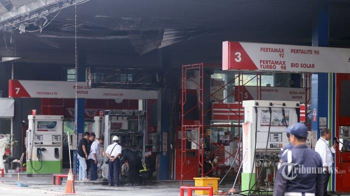 Pekerja beraktivitas pascakebakaran di Stasiun Pengisian Bahan Bakar Umum (SPBU) Pertamina di Jalan MT Haryono, Jakarta Selatan, Senin (2/12/2019). Tidak ada korban jiwa dalam peristiwa kebakaran yang melanda SPBU tersebut, hanya satu unit mobil jenis sedan yang ikut terbakar. Penyebab kebakaran yang terjadi pada Minggu (1/12) pukul 23.30 WIB itu masih dalam penyelidikan pihak yang berwenang. Tribunnews/Jeprima