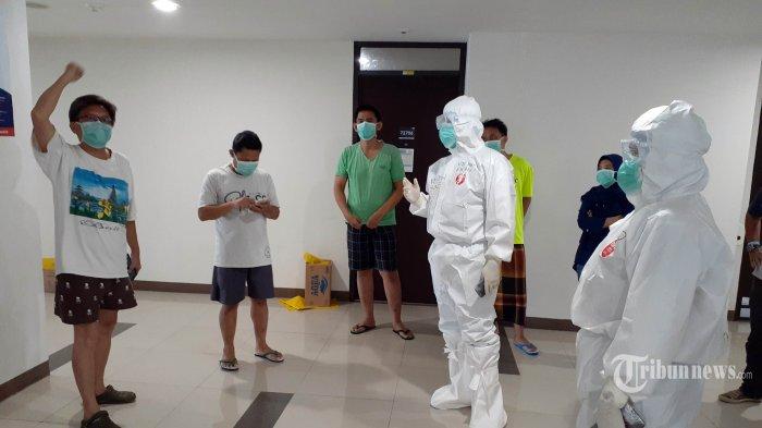 Tim psikolog TNI AD yang dipimpin Kapten Didon memberikan game kepada pasien di lantai 27, Tower 7, Wisma Atlet, Kemayoran, Selasa (5/5/2020). Wisma Atlet Kemayoran telah dialihfungsikan menjadi RS Darurat Covid-19, setelah pandemi Virus Corona mendera Indonesia. TRIBUNNEWS/CECEP BURDANSYAH