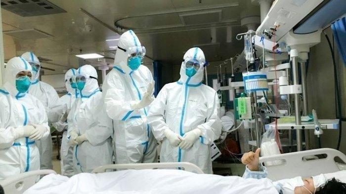 Pasien positif Covid-19 memberikan tanda jempol ke arah para tenaga medis. Seorang dokter ahli mengungkap perokok dan pengguna vape ( rokok elektrik) juga lebih berisiko terinfeksi virus corona.