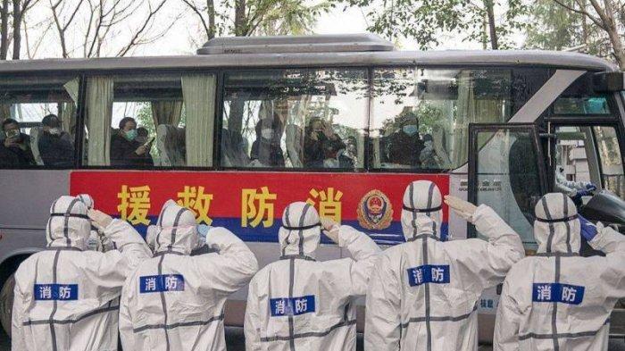 Anggota staf RS memberikan hormat kepada pasien virus corona yang sembuh dan telah menyelesaikan 14 hari karantina di pusat rehabilitasi di Wuhan pada tanggal 10 Maret 2020. (Xinhua/Xiong Qi)