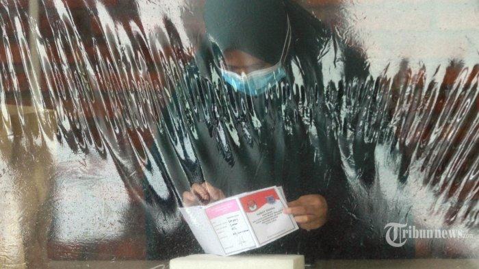 Pasien Covid-19 melaksanakan penjoblosan pilkada pemilihan Walikota dan wakilnya dikarantina di Rumah Lawan Covid-19 Tangerang Selatan (Tangsel), Tangerang selatan, Rabu (9/12/2020). 42 pasien dan di tambah 7  tambahan baru melaksnakan hak dalam penjoblosan surat suara. (WARTAKOTA/Henry Lopulalan)