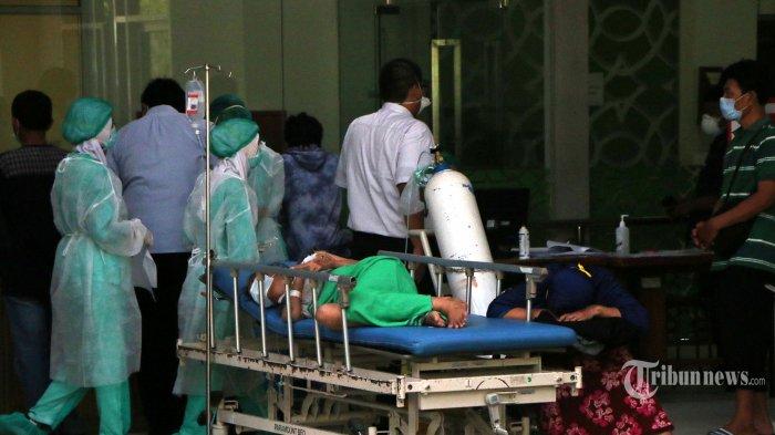 Sejumlah tenaga medis sedang menangani pasien di Instalasi Gawat Darurat (IGD) yang penuh hingga sebagian pasien harus dirawat di selasar depan IGD RSUP Dr Kariadi, Kota Semarang, Jawa Tengah, Selasa (15/6/2021). Kondisi tersebut juga terjadi pada sejumlah rumah sakit di Kota Semarang bersamaan dengan meningkatnya kasus Covid-19. Tribun Jateng/Hermawan Handaka