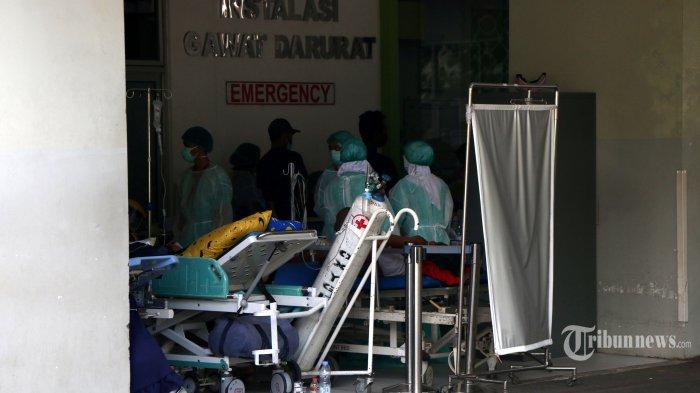 Sejumlah tenaga medis sedang menangani pasien di Instalasi Gawat Darurat (IGD) yang penuh hingga sebagian pasien harus dirawat di selasar depan IGD RSUP Dr Kariadi, Kota Semarang, Jawa Tengah, Selasa (15/6/2021).