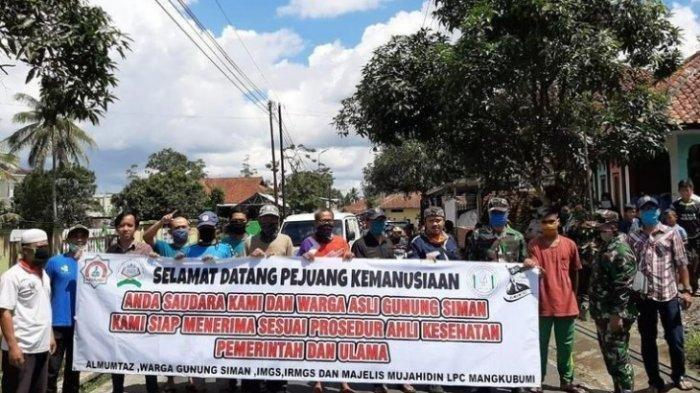Warga Kecamatan Mangkubumi, Kota Tasikmalaya, sempat menyambut kedatangan pasien positif covid-19 yang telah dinyatakan sembuh ke kampung halamannya, Sabtu (11/4/2020)