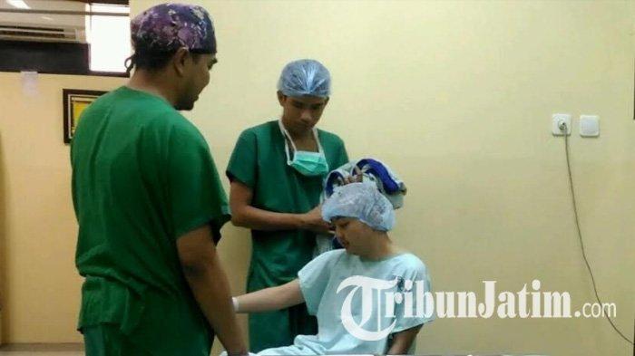Pertama Kalinya RSI Jemursari Operasi Pasien Tumor Otak dalam Keadaan Sadar