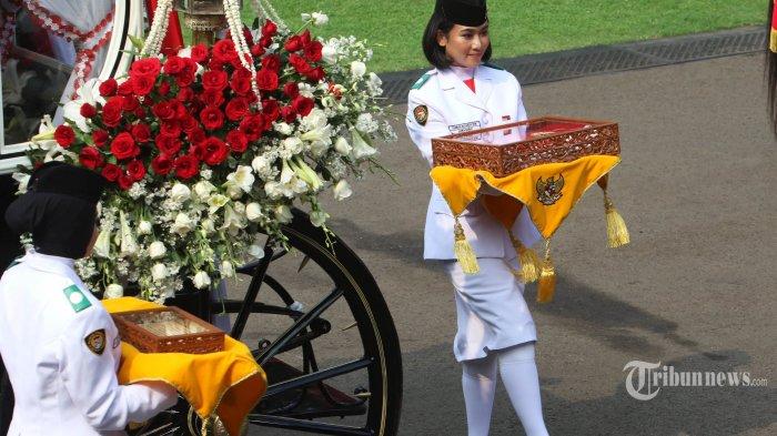ILUSTRASI PEMBAWA BAKI- Anggota Paskibraka asal Jawa Barat Tarrisa Maharani Dewi membawa baki duplikat Bendera Pusaka Merah Putih saat Upacara Peringatan Detik-detik Proklamasi Kemerdekaan Indonesia ke-74 Tahun 2019 di Istana Merdeka, Jakarta, Sabtu (17/8/2019). Upacara yang dipimpin oleh Presiden Jokowi tersebut dihadiri oleh perwakilan negara sahabat, tamu undangan, dan masyarakat umum. THE JAKARTA POST/SETO WARDHANA