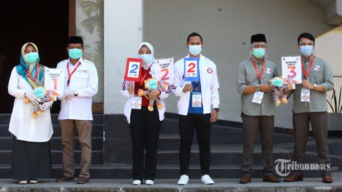 Tiga pasang calon Bupati dan Wakil Bupati Bandung memperlihatkan nomor urut seusai mengikuti Rapat Pleno Terbuka Pengundian Nomor Urut Pasangan Calon Bupati dan Wakil Bupati Bandung Pada Pemilihan Serentak Tahun 2020, di halaman Hotel Sultan Raja, Soreang, Kabupaten Bandung, Kamis (24/9/2020). Pada pengundian nomor urut tersebut, pasangan Kurnia Agustina Naser - Usman Sayogi mendapat nomor urut satu, Yena Iskandar Masoem - Atep Rizal nomor urut dua, dan Dadang Supriatna - Sahrul Gunawan mendapat nomor urut tiga. (TRIBUN JABAR/GANI KURNIAWAN)