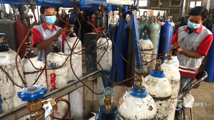 Petugas melakukan pengisian gas oksigen medis di PT Aneka Gas Industri (Samator) Filling Station Oxygen, Jalan Simpang Industri, Kecamatan Cicendo, Kota Bandung, Jawa Barat, Rabu (7/7/2021). Pengisian gas oksigen di tempat ini khusus untuk kebutuhan rumah sakit, meningkat hingga 100 persen atau naik dari sebelumnya 400 - 500 tabung per hari menjadi 700 - 800 tabung setiap harinya seiring meningkatnya kasus positif Covid-19 di Kota Bandung dari pertengahan Juni 2021. Harga pengisian untuk tabung 6 kubik Rp 80.000. (TRIBUN JABAR/GANI KURNIAWAN)