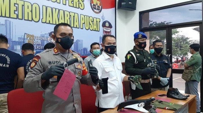 Empat pelaku TNI gadungan membawa kabur sepeda motor korbannya, di Jalan Tanah Abang II, Kelurahan Petojo Selatan, Kecamatan Gambir, Jakarta Pusat, pada 4 Januari 2021, sekira pukul 13.00 WIB.