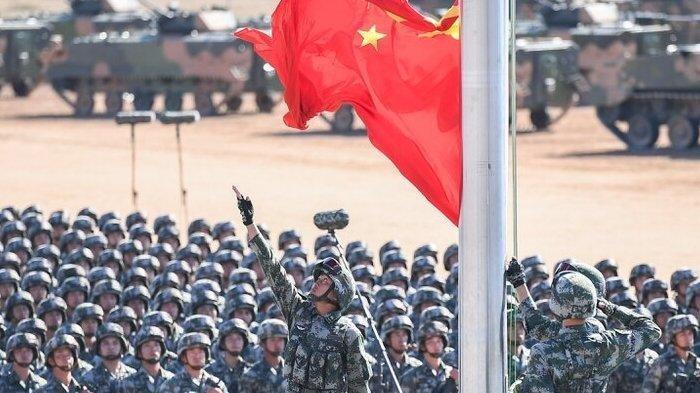 Parade militer China. China menempatkan 10.000 pasukannya di perbatasan India.