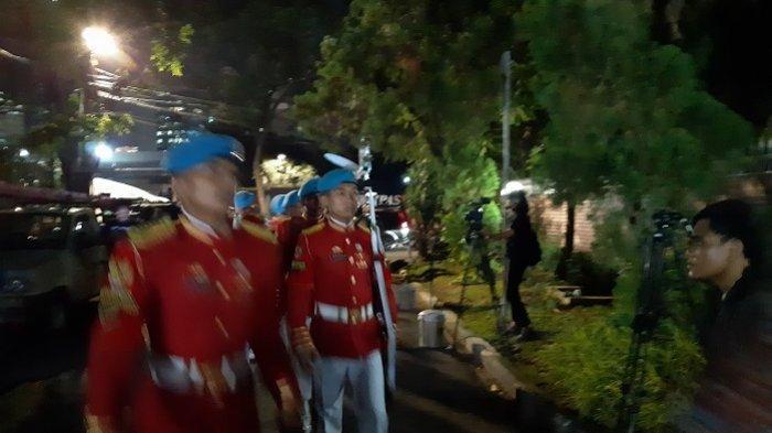 Pasukan Jajar Kehormatan bersiap menyambut kedatangan jenazah Bachruddin Jusuf Habibie, di rumahnya, Patra Kuningan, Jakarta Selatan, Rabu (11/9/2019) malam.