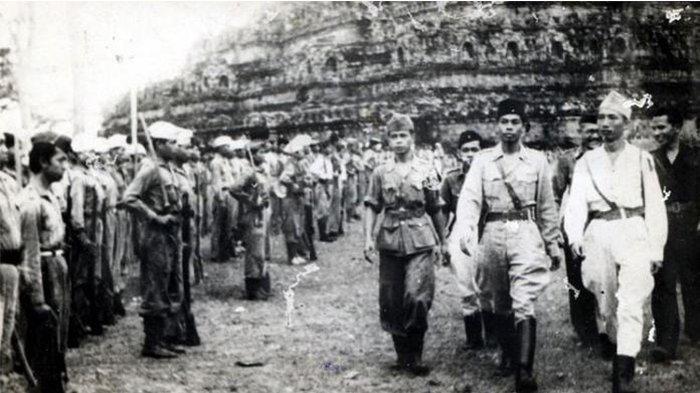 Pasukan Jenderal Sudirman di pelataran Borobudur.