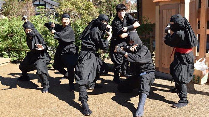 Para Ninja sedang berpose dengan baju Ninja hitam yang sebenarnya diperuntukkan bagi konsumsi film.