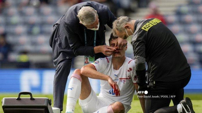 Petugas medis merawat penyerang Republik Ceko Patrik Schick setelah dipukul di wajahnya saat pertandingan sepak bola Grup D UEFA EURO 2020 antara Kroasia dan Republik Ceko di Hampden Park di Glasgow pada 18 Juni 2021.