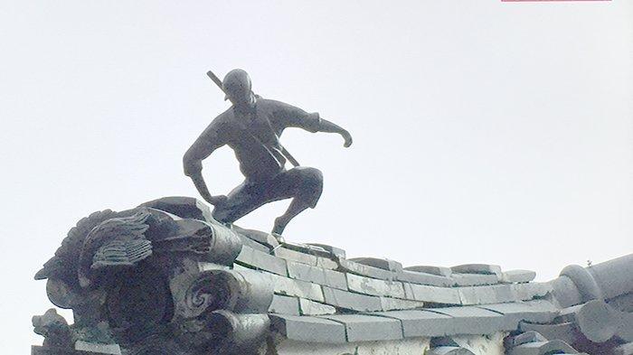 Patung Ninja di atas genting rumah sedang mengintip para pendatang kota.