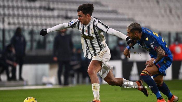 Penyerang Juventus asal Argentina Paulo Dybala (kiri) mengalahkan gelandang Argentina Udinese Roberto Pereyra selama pertandingan sepak bola Serie A Italia Juventus vs Udinese pada 3 Januari 2021 di stadion Juventus di Turin. Marco BERTORELLO / AFP
