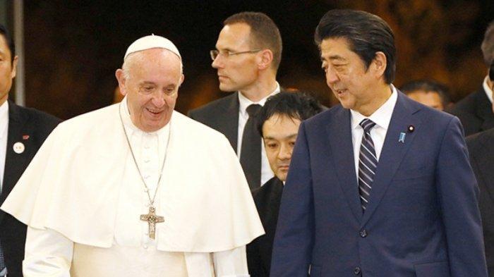Paus Fransiskus (kiri) bersama PM Jepang Shinzo Abe (kanan)