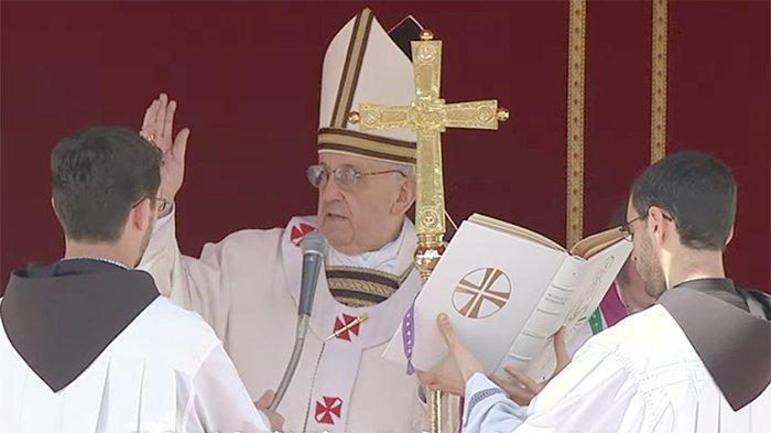 Paus Fransiskus, Paus ke-266 saat memimpin misa.