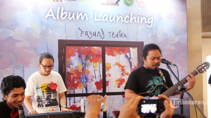 Grup musik Payung Teduh yang beranggotakan Abdul Aziz Comi Kariko (bass), Alejandro Saksakame (drum), Ivan Penwyn (Guitalele, trumpet, vocal latar), Mohammad Istiqamah Djamad (gitar, vocal) saat merilis album terbaru yang bertajuk Ruang Tunggu di kawasan Kemang, Jakarta Selatan, Selasa (19/12/2017). Pada album ini berisikan 9 lagu yang terdiri dari Akad, Diatas Meja, Selalu Muda, Mari Bercinta, Muram, Puan Bermain Hujan, Sisa Kebahagiaan, Kita Hanya Sebentar dan Kerinduan. Tribunnews/Jeprima