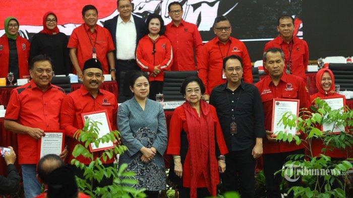 Ketua Umum PDI Perjuangan Megawati Sukarnoputri (tengah) didampingi Ketua Bidang Politik dan Keamanan: Puan Maharani (ketiga kiri) dan Ketua Bidang UMKM, Ekonomi Kreatif, dan Ekonomi Digital Prananda Prabowo (ketiga kanan) berfoto bersama perwakilan calon kepala daerah dan calon wakil kepala daerah yang diusung dalam Pilkada serentak 2020 di Jakarta, Rabu (19/2/2020). PDIP secara remsi mengumumkan 49 pasangan untuk diusung dalam Pilkada 2020. TRIBUNNEWS/IRWAN RISMAWAN