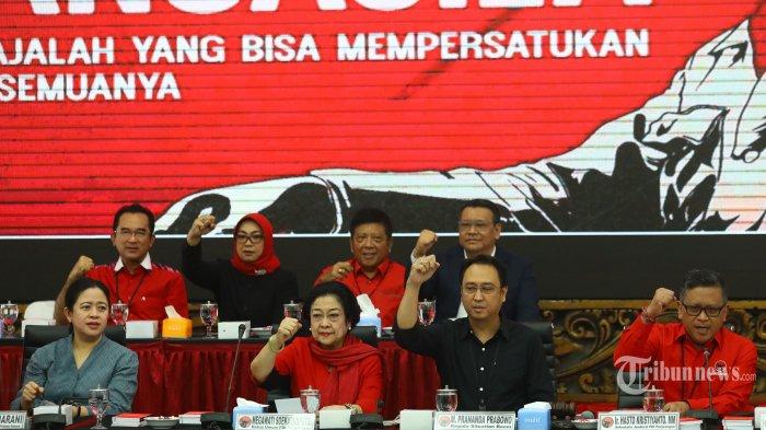 Ketua Umum PDI Perjuangan Megawati Sukarnoputri (kedua kiri) didampingi Ketua Bidang Politik dan Keamanan: Puan Maharani (kiri), Ketua Bidang UMKM, Ekonomi Kreatif, dan Ekonomi Digital Prananda Prabowo (kedua kanan), dan Sekjen PDI Perjuangan Hasto Kristiyanto (kanan) memberikan penjelasan saat pengumuman kepala daerah yang diusung PDI Perjuangan dalam Pilkada serentak 2020 di Jakarta, Rabu (19/2/2020). PDIP secara remsi mengumumkan 49 pasangan untuk diusung dalam Pilkada 2020. TRIBUNNEWS/IRWAN RISMAWAN