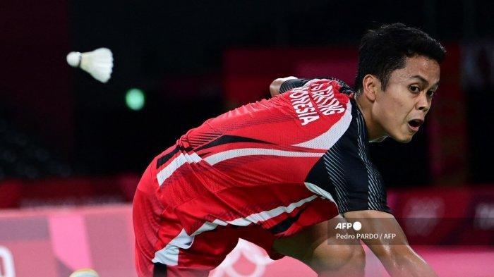 Pebulu tangkis Indonesia Anthony Sinisuka Ginting melepaskan tembakan ke gawang Chen Long dari China pada pertandingan semifinal bulu tangkis tunggal putra pada Olimpiade Tokyo 2020 di Musashino Forest Sports Plaza di Tokyo pada 1 Agustus 2021.