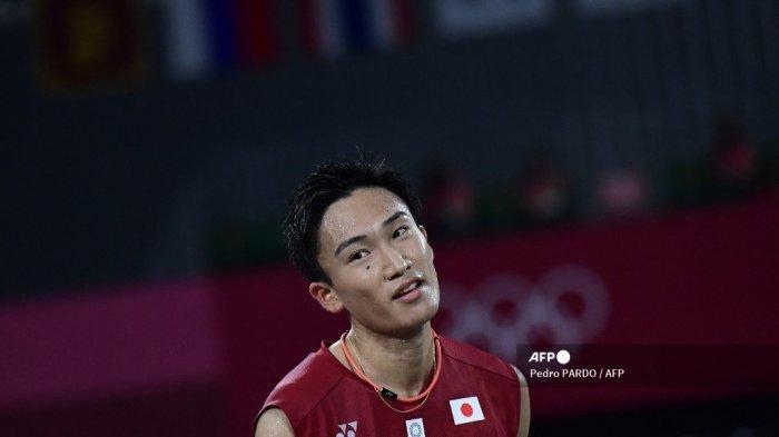 Pebulu tangkis Jepang Kento Momota bereaksi setelah mendapat poin dengan pemain Korea Selatan Heo Kwang-hee dalam pertandingan penyisihan grup bulu tangkis tunggal putra selama Olimpiade Tokyo 2020 di Musashino Forest Sports Plaza di Tokyo pada 28 Juli 2021.