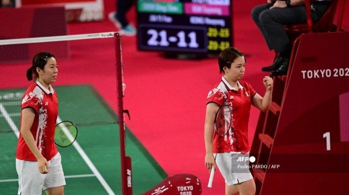 Pebulutangkis China Chen Qingchen (kanan) dan Jia Yifan dari China melakukan selebrasi setelah memenangkan pertandingan semifinal bulu tangkis ganda putri melawan Kong Hee-yong dari Korea Selatan dan Kim So-yeong dari Korea Selatan selama Pertandingan Olimpiade Tokyo 2020 di Musashino Forest Sports Plaza di Tokyo pada 31 Juli 2021.