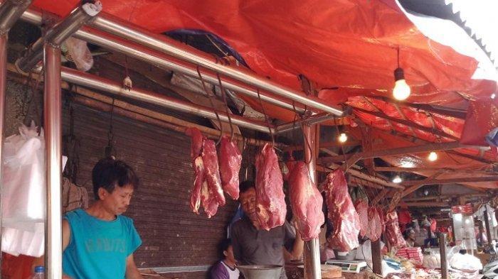 Pedagang daging sapi di Pasar Tradisional Ciputat, Tangerang Selatan, Selasa (19/1/2021).
