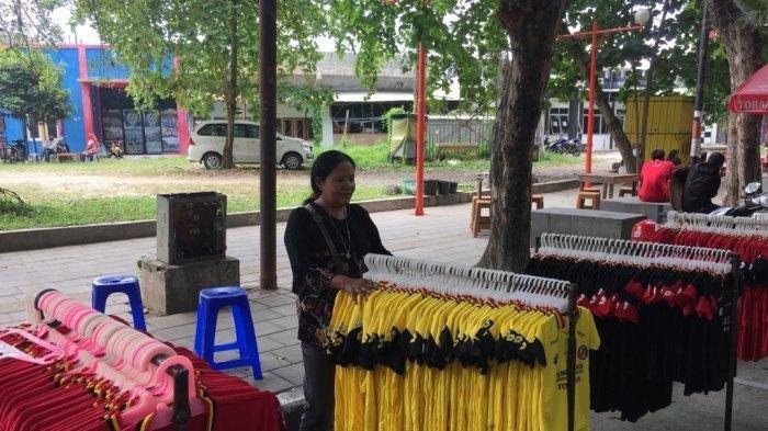 Pedagang Pernak-pernik Semen Padang FC: Kalau Tim Menang Penjualan Lumayan, Kalau Kalah Turun
