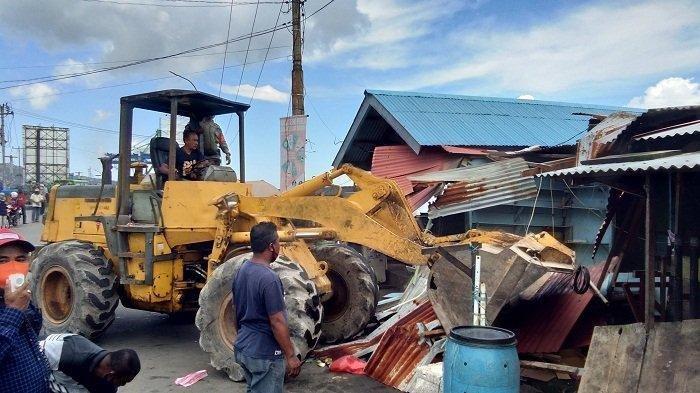 Pedagang Pasar Mardika Ambon Kewalahan Ungsikan Barang saat Alat Berat Mulai Diturunkan