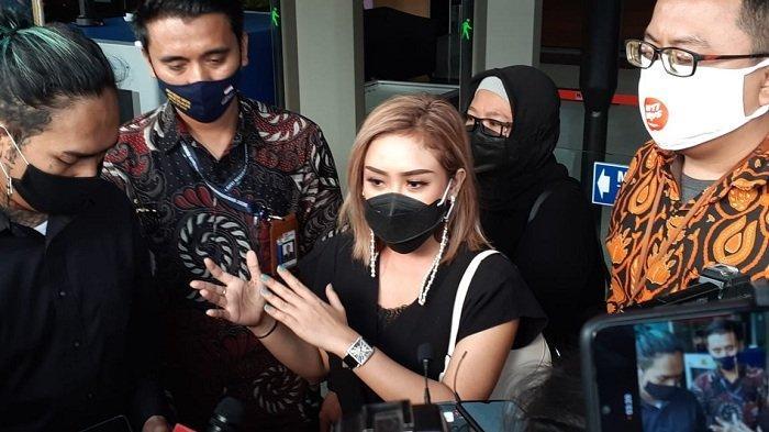 Ekspresi Tenang Cita Citata Usai Jawab Pertanyaan KPK Terkait Korupsi Bansos