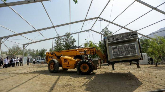 Pemasangan instalasai AC di Padang Arafah, Kamis (27/7/2019).