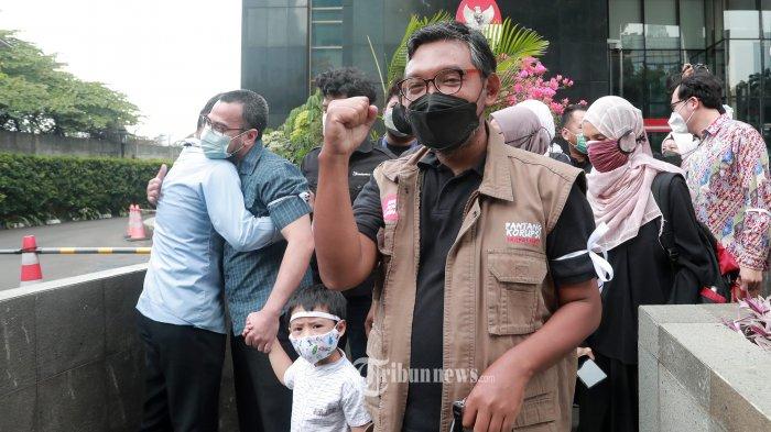 Sejumlah pegawai KPK yang tak lolos Tes Wawasan Kebangsaan (TWK) meninggalkan gedung KPK, Jakarta, Kamis (30/9/2021). Mulai Kamis (30/9/2021) sebanyak 57 pegawai KPK resmi berhenti usai dinyatakan gagal dalam Tes Wawasan Kebangsaan (TWK) dan mereka dinyatakan tak memenuhi syarat menjadi ASN bersama sekitar 1.200 pegawai KPK lainnya. TRIBUNNEWS/IRWAN RISMAWAN