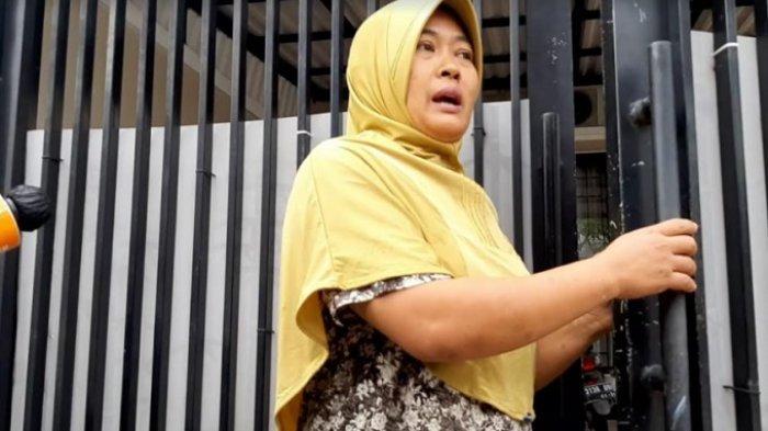 Pekerja rumah tangga di rumah Nissa Sabyan yang menyebutkan bahwa rumah Nissa hari ini kosong, Jatiwaringin, Bekasi Jawa Barat, Senin (22/2/2021).