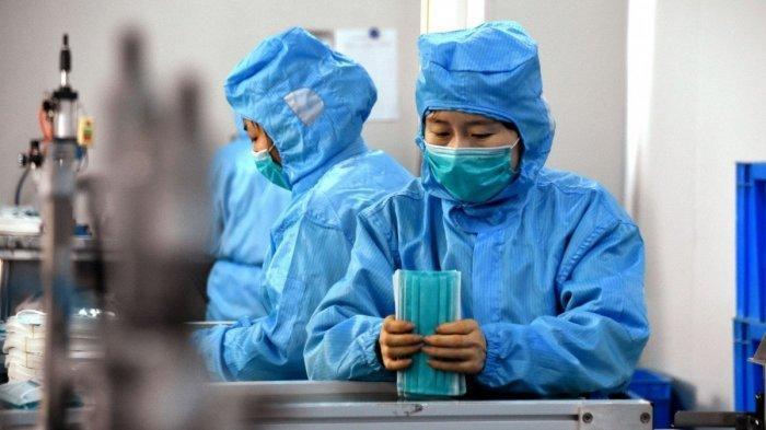 ILUSTRASI Pekerja membuat masker bedah di Dingzhou, di provinsi Hebei China utara berusaha memenuhi permintaan pasar akibat mewabahnya virus corona