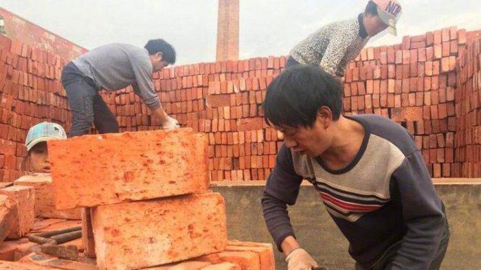 Tuntut Gaji, Puluhan Pekerja Pabrik di China Malah Dibayar Menggunakan Batu Bata