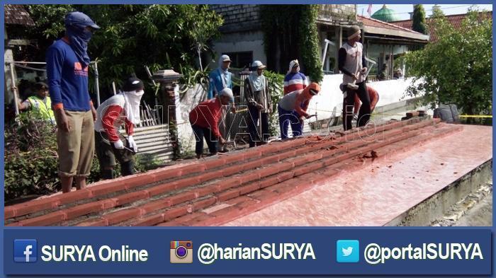 Pekerja Mulai Hancurkan Makam Rekayasa yang Dikeramatkan Jemaah Assinuwun