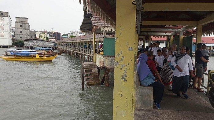 Para penumpang terlihat santai menunggu di Pelabuhan Penyeberangan Tanjungpinang-Pulau Penyengat yang terletak di Pelantar ll Tanjungpinang akibat angin kencang, dan gelombang tinggi, Jumat (8/11/2019). TRIBUNBATAM.ID/ENDRA KAPUTRA