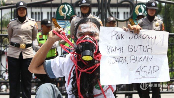 Pelajar yang tergabung dalam Pelajar Islam Indonesia menggelar unjuk rasa di depan Gedung Sate, Jalan Dipenogoro, Kota Bandung, Jawa Barat, Kamis (3/10/2019). Mereka meminta kepada Mendikbud dan KPAI untuk mencabut edaran larangan kelompok pelajar turun aksi menyuarakan pendapat di depan umum, juga mendesak presiden menerbitkan Perppu KPK untuk membatalkan revisi UU KPK. Tribun Jabar/Gani Kurniawan