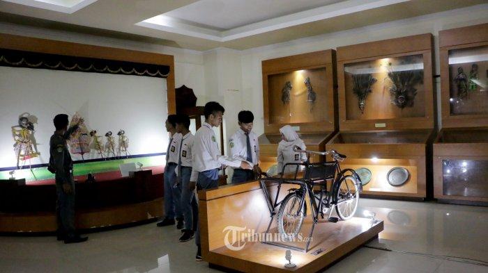 Sebanyak 120 pelajar dari Madrasah Aliyah NU 04 Al Maarif Boja, Kabupaten Kendal mengunjungi Museum Ranggawarsita Semarang, Rabu (26/02/20). Bukan sekedar sebagai tempat wisata sejarah dan budaya, Museum Ronggowarsito juga menjadi sarana pendidikan bagi generasi muda. Dengan luas lahan hampir 2 hektar, museum ini dilengkapi oleh lebih dari 59 ribu koleksi unik. Selain itu Museum Ranggawarsita adalah museum yang menyimpan dan memamerkan berbagai warisan budaya dan benda budaya Jawa Tengah. Museum ini diresmikan tanggal 5 Juli 1989 dan memiliki koleksi 59784 koleksi. Hal ini tentu saja menjadi daya tarik tersendiri bagi wisatawan lokal maupun mancanegara.(Tribun Jateng/Hermawan Handaka)