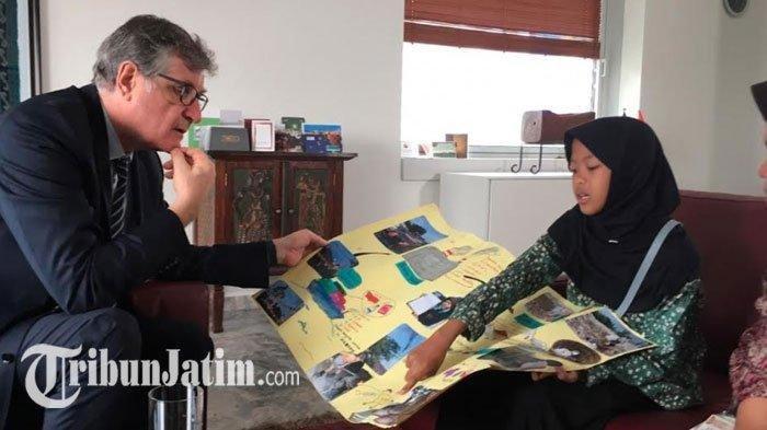 DUBES JERMAN - Aeshnina Azzahra, pelajar SMP di Gresik, mengunjungi Dubes Jerman di Jakarta. Kedatangannya untuk mengirimkan surat ke Kanselir Jerman, Angela Merkel, Selasa (21/1/2020)