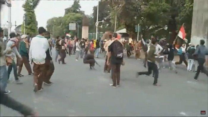 Ratusan pelajar ikut dalam aksi unjuk rasa, Rabu (25/9/2019). Mereka melempar bati ke dalam kompleks DPR.
