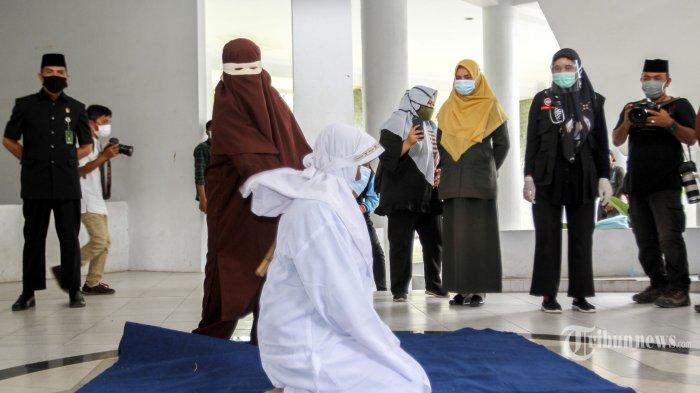 Dicambuk 100 Kali karena Berzina, Wanita di Lhokseumawe Aceh Pingsan