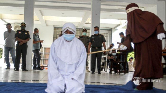 Digerebek Warga, Oknum ASN dan Wanita Bersuami di Aceh Hari Ini Jalani Hukuman Cambuk